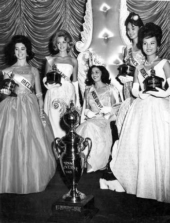Ao lado das finalistas, Ieda com a coroa e a faixa de Miss Universo, que ainda guarda com ela (Foto: Divulgação/Miss Universe)