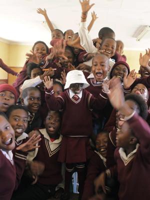 Colegas da classe de Phalatse alegram a portadora de progéria. (Foto: Denis Farrell / AP Photo)