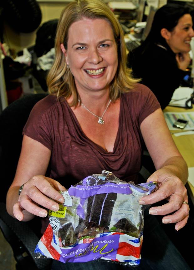 Sara Eason exibe a embalagem em que estava o sapo. (Foto: Jules Annan/Barcroft Media/Getty Images)