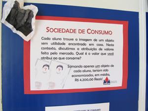 Atividade pedagógica questiona sociedade de consumo (Foto: Letícia Macedo/ G1)