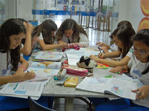 Alunas do Instituto Dom Barreto estudam na biblioteca (Foto: Divulgação)