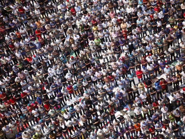 Multidão lota a Praça Tahrir, no Cairo, nesta sexta-feira (9), pedindo pressa nas reformas (Foto: AP)