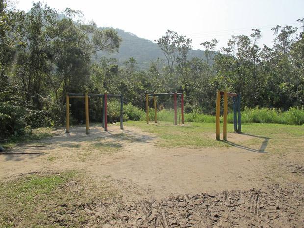 Pior escola de SP no Enem tem playground cercado de lama (Foto: Juliana Cardilli/G1)