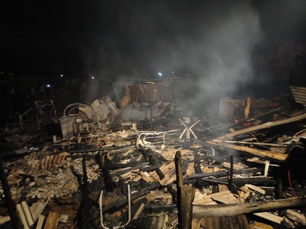 fogo atinge comunidade de Salvador (Foto: Raphael Carneiro/G1)