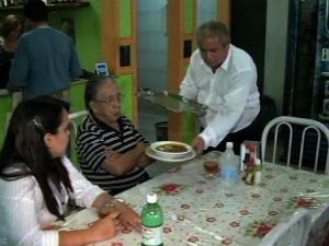 Fundado há 54 anos, proprietário de restaurante 24h diz não ter medo de insegurança. (Foto: TV Verdes Mares/Reprodução)