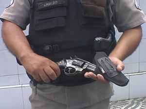 Revólver calibre 38 foi encontrado na mochila de um adolescente (Foto: Walter Paparazzo/G1)