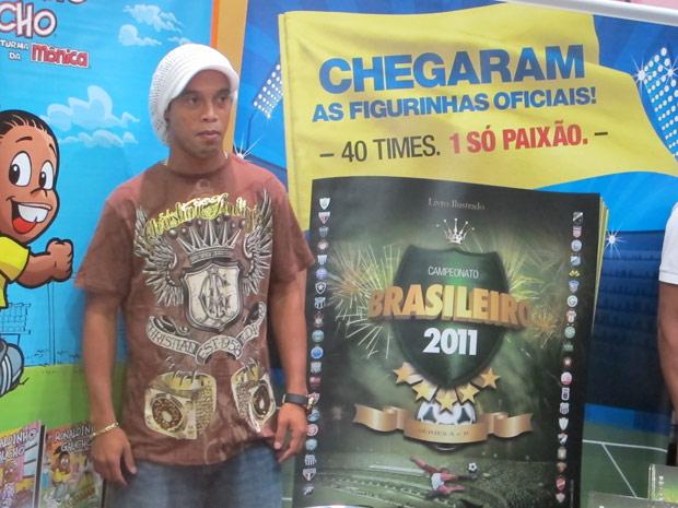 Ronaldinho Gaúcho posa para fotos no estando da Panini, na Bienal do Livro no Rio (Foto: Carla Meneghini/G1)