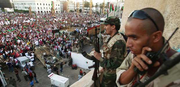 Manifestantes celebram a queda de Kadhafi na Praça dos Mártires, na capital Trípoli, nesta sexta-feira (9) (Foto: Reuters)