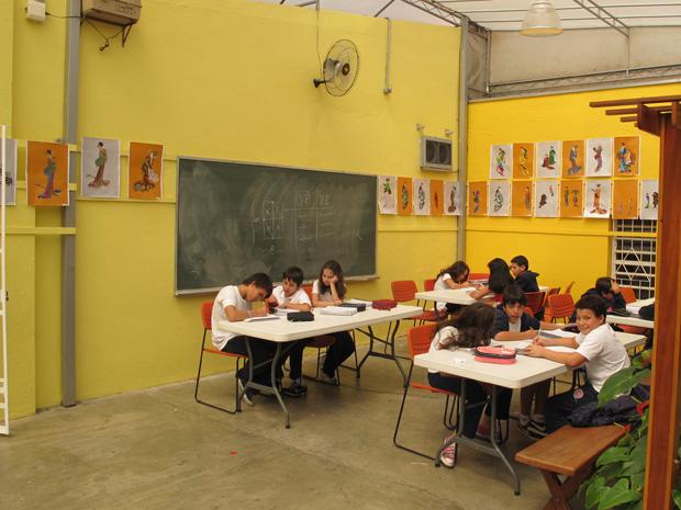 Estudantes participam de aula de redação (Foto: Letícia Macedo/ G1)