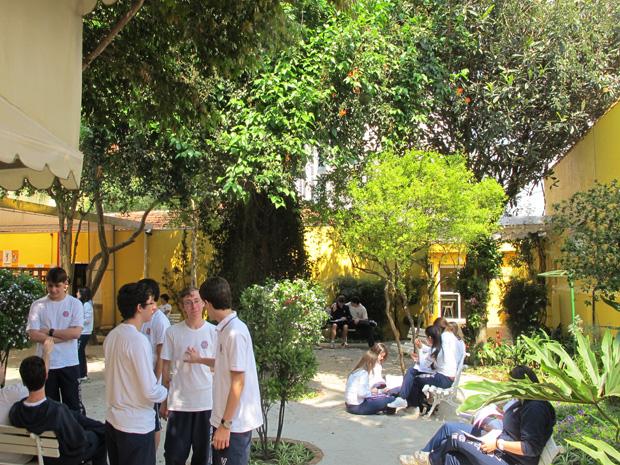 Alunos do Colégio Vértice aguardam em espaço arborizado o início da prova de filosofia (Foto: Letícia Macedo/ G1)