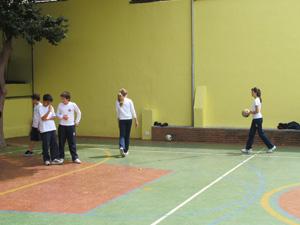Alunos fazem atividade com bola  (Foto: Letícia Macedo/ G1)