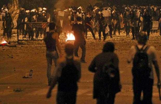 Manifestantes entram em confronto com a polícia em frente à embaixada israelense no Cairo (Foto: Amr Abdallah Dalsh/Reutrers)