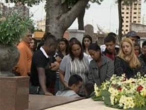 Enterro das jovens no interior de São Paulo (Foto: Reprodução/TV Vanguarda)