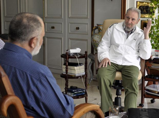 Em foto liberada nesta sexta, o ex-presidente Fidel Castro (direita), conversa com o jornalista venezuelano Mario Silva (Foto: AP)