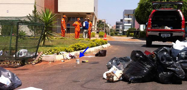 Embalagem com produto supostamento radioativo (indicada pela seta) encontrada em quadra do Sudoeste Econômico, em Brasília, na manhã deste sábado (10) (Foto: Káthia  Mello/G1)