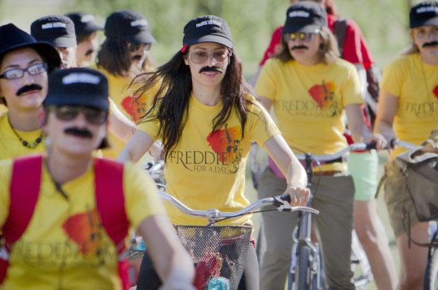 Fãs do cantor Freddie Mercury se reuniram usando bigodes para um passeio de bicicleta conjunto em homenagem aos 65 do nascimento do cantor do grupo Queen, na capital romena, neste sábado (10). (Foto: Vadim Ghirda/AP)