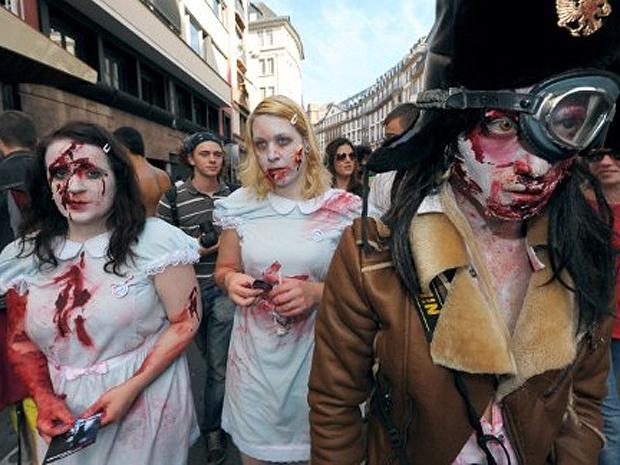pessoas fantasiadas de zumbis (Foto: Frederick Florin / AFP)