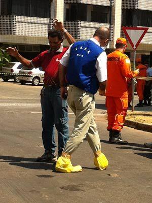 Técnico da CNEM mede nível de radioatividade em porteiro que manuseou embalagem de material encontrado no lixo, em Brasília (Foto: Káthia  Mello/G1)