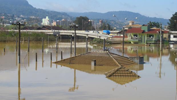Há cinco dias, casas estão completamente submersas em Rio do Sul. Segundo os moradores, a cidade subiu o morro (Foto: Rosanne D'Agostino/G1)