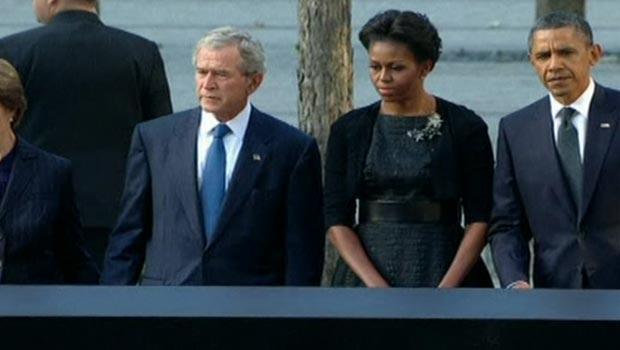 O ex-presidente dos EUA George W. Bush, a primeira-dama Michelle Obama e o presidente Barack Obama prestam homenagem às vítimas do 11 de Setembro, neste domingo, no Marco Zero de Nova York (Foto: Reprodução de vídeo)