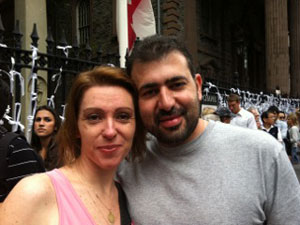 Lilian Pallu e Mauro Silva em frente à Igreja de São Paulo, na Broadway, em Nova York (Foto: Cristina Indio do Brasil/G1)
