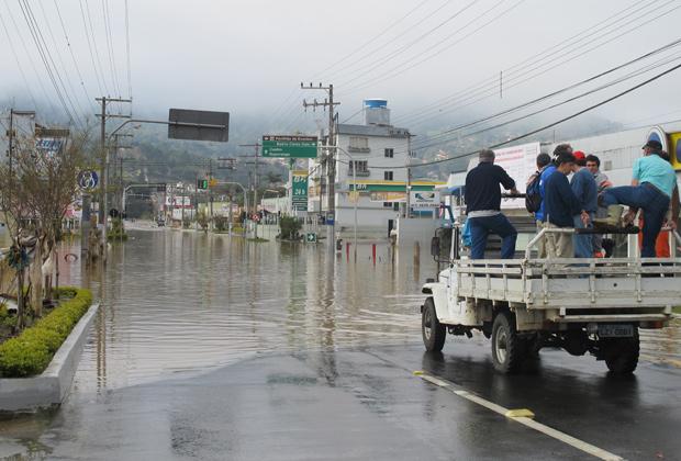 Maria Lucia Andre consegue carona para atravessar a entrada da cidade e buscar alimento. Rio do Sul vive estado de calamidade pública, com moradores sem água, alimento, luz e casa (Foto: Rosanne D'Agostino/G1)