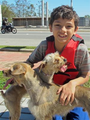 Gustavo Henrique Morelli, 9, salvou seus dois cães da  enchente (Foto: Rosanne D'Agostino)