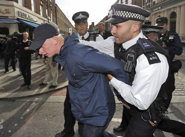Membro da Liga de Defesa Inglesa, grupo direitista, é preso após confusões com o grupo de muçulmanos que protestavam em frente à embaixada americana em Londres (Foto: Paul Hackett/Reuters)