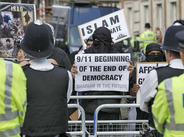 Muçulmanos protestaram em frente à embaixada dos EUA em Londres. Dois manifestantes foram presos. (Foto: Luke MacGregor/Reuters)