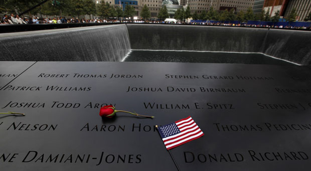Memorial no Marco Zero tem nomes das vítimas que morreram no World Trade Center (Foto: Jim Young / Reuters)
