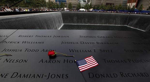 Memorial no Marco Zero tem nomes das vítimas que morreram no World Trade Center (Foto: Jim Young / Reuters)