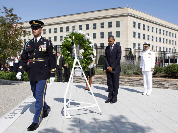 Obama no memorial à vítimas do 11 de Setembro no Pentágono, em Washington (Foto: Kevin Lamarque/Reuters)