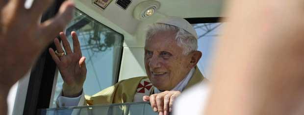 O Papa Bento XVI acena para fiéis durante missa campal neste domingo (11) em Ancona (Foto: AP)