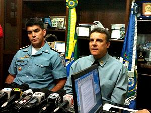 Coronel Mário Sérgio Duarte (à direita) admitiu que investiga corrupção em UPP (Foto: Thamine Leta / G1)