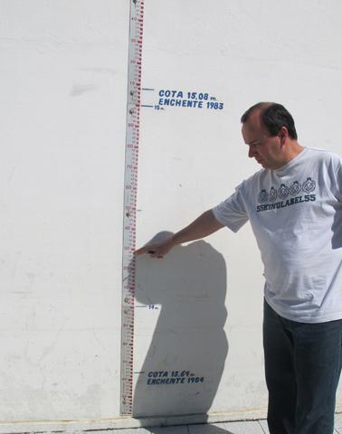 Lama em régua de medição da prefeitura mostra nível superior à grande enchente de 1984 na cidade, entre 14 e 15 metros (Foto: Rosanne D'Agostino/G1)