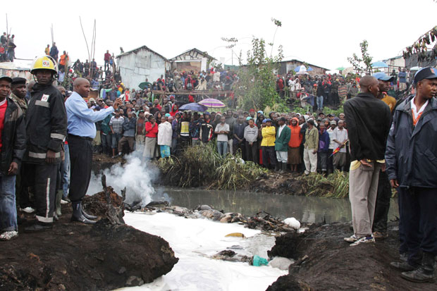 Pessoas se aglomeram no local do incêndio em Nairóbi (Foto: Noor Khamis/Reuters)