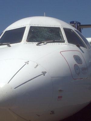 Avião da Trip com vidro trincado teve de pousar em Bauru na manhã desta segunda-feira (12) (Foto: Rafael Marques Tofaneli/VC no G1)