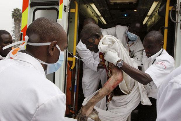Vítima é socorrida no Hospital Nacional Kenyatta nesta segunda-feira (12) (Foto: Khalil Senosi/AP)