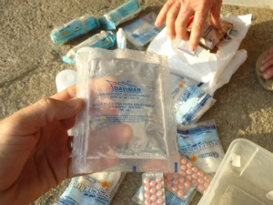 Kit sobrevivência no bote salva-vidas continha remédios, alimentos e água potável (Foto: Mércia Souza/Colaboração)