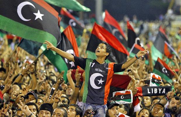 Apoiadores do líder Mustafa Abdel Jalil vibram ao ouvirem seu discurso na noite desta segunda (12), em Trípoli (Foto: Francois Mori/AP)