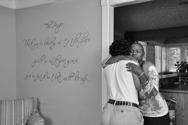 Fundadora da ONG Living Water for Girls com uma das meninas que ela recebeu na casa (Foto: Living Water for Girls)