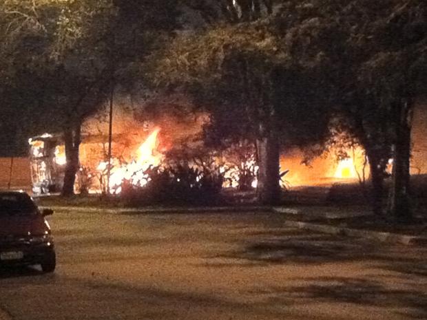 Ônibus pega fogo e interdita via na Zona Sul de SP; leitor fotografa (Foto: Guilherme Nobre Gabriades/VC no G1)