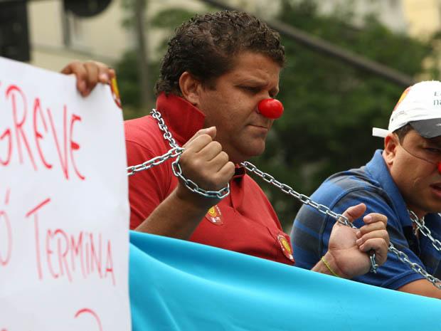 Professores acorrentados na Praça Sete. (Foto: Charles Silva Duarte/O Tempo/AE)