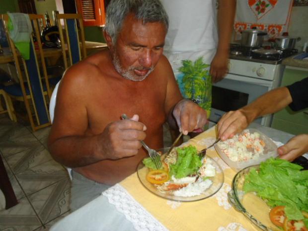 Francisco Januário fez a primeira refeição em terra firme em Acaraú, litoral do Ceará (Foto: Mércia Souza/Arquivo Pessoal)