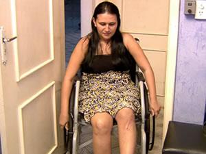 Em cadeira de rodas, Ariane disse que a situação é temporária.  (Foto: Reprodução/TVCA)