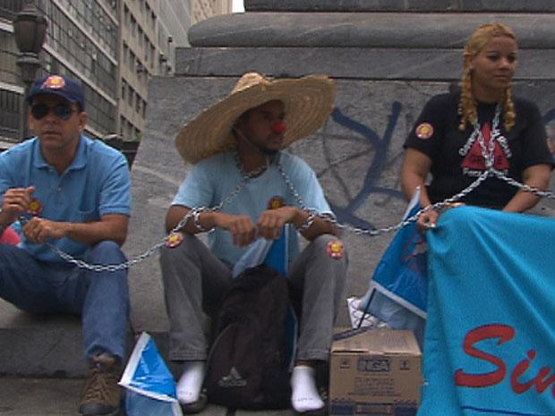 Professores acorrentados na Praça Sete. (Foto: Reprodução/TV Globo)