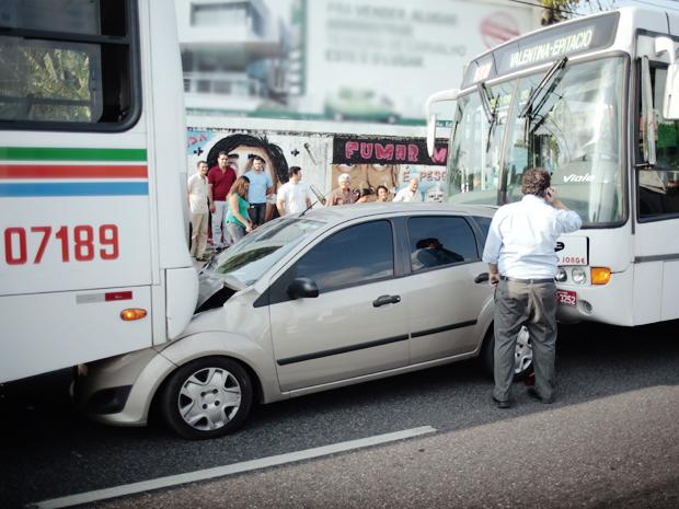 Carro fica preso entre dois ônibus na maior avenida de João Pessoa (Foto: Antonio Braycon/VC no G1)