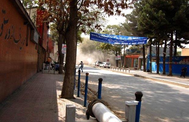 Fumaça ergue-se durante o ataque desta terça-feira (13) a Cabul, capital do Afeganistão (Foto: AP)