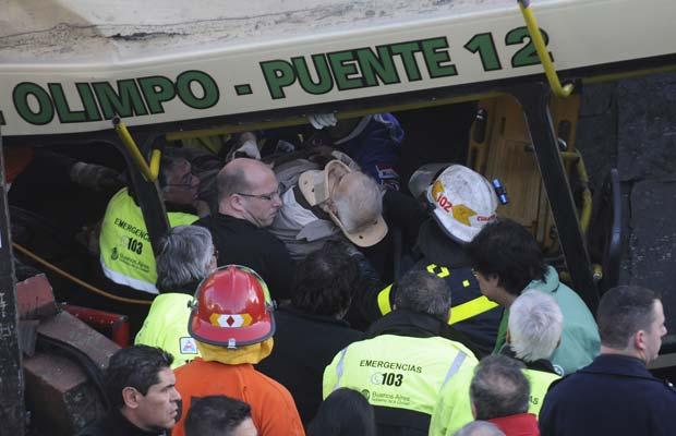 Ferido é retirado de um dos trens acidentados nesta terça-feira (13) em Buenos Aires (Foto: AP)