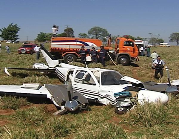 Avião bimotor caiu em uma propriedade rural de Ângulo, Norte do Paraná (Foto: Reprodução RPCTV)